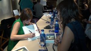 Virgina Firmando Ejemplares de su Novela Presentada en Valencia